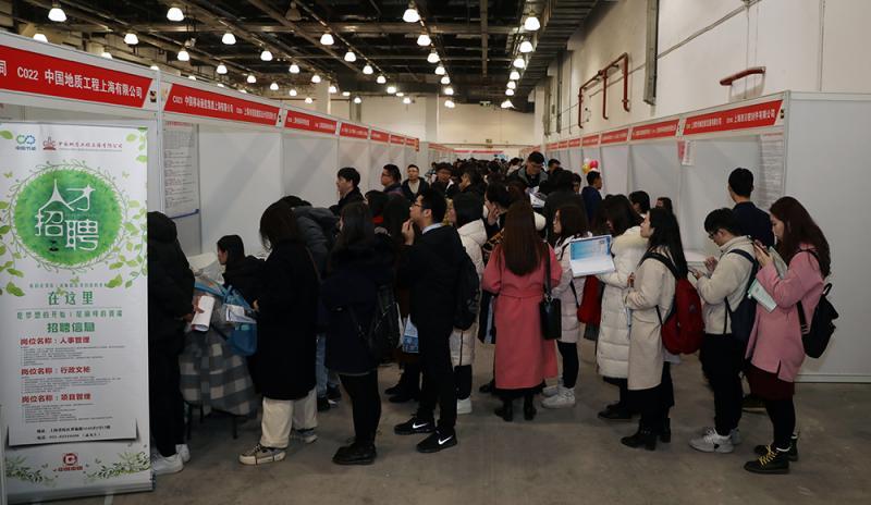 今年上海高校毕业生求职关注待遇与稳定,上海人才服务中心今年推出七大类专场招聘活动